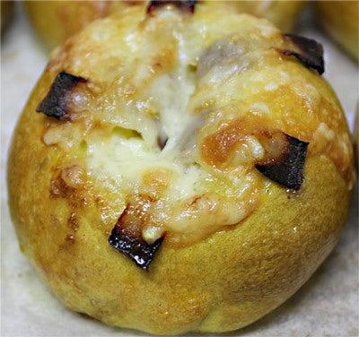 ベーコンとチーズをのせたカレーベーグル