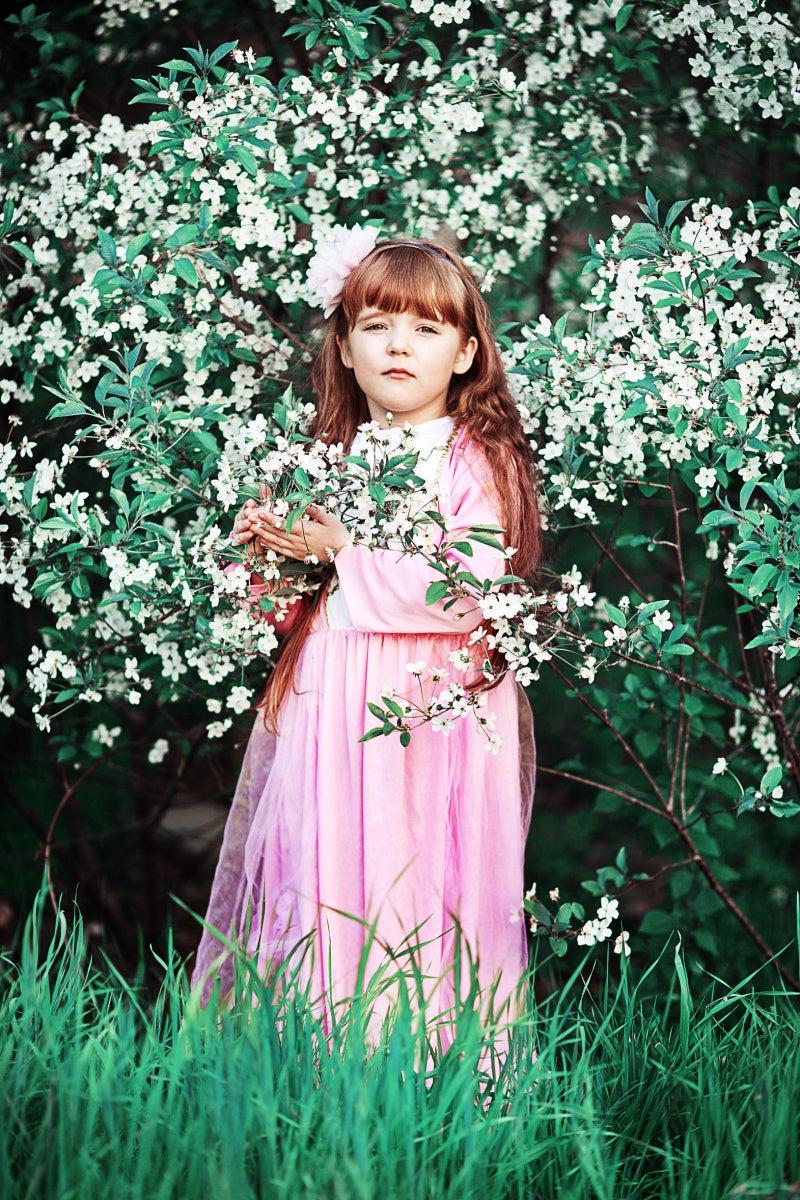 女の子と白い花