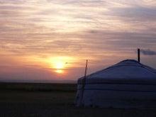 乗馬で 草原を 大草原 モンゴル