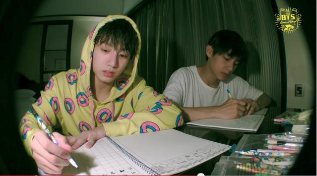 テテグク♡ 何の作業をしているんでしょう? 宿題やってるように見えちゃう(笑) 濡れた髪で、すっぴんのグク ・・・いつもと違う\u201c素\u201dのカンジが、たまら~ん!