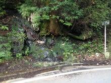 白石峠の途中にある湧き水。