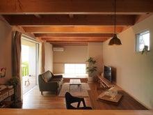 明るい/リビング/庭/木の梁/テレビボード