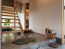 気持ちのいい玄関/モルタル/階段/グリーン/観葉植物