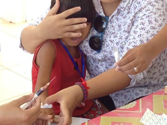 カンボジア・タクマウの島で子供...