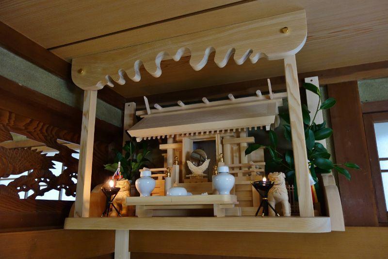 ロウソクで燈明を灯す国産神棚は幻想的です