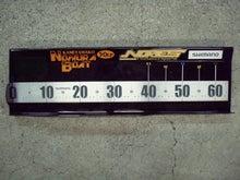 アクリル板をカットし、アクリル板加工用ヒーターで曲げ、アクリル板用接着剤で接着し、メジャーステッカーを貼り、NORIESポッティングステッカー&のむらボート