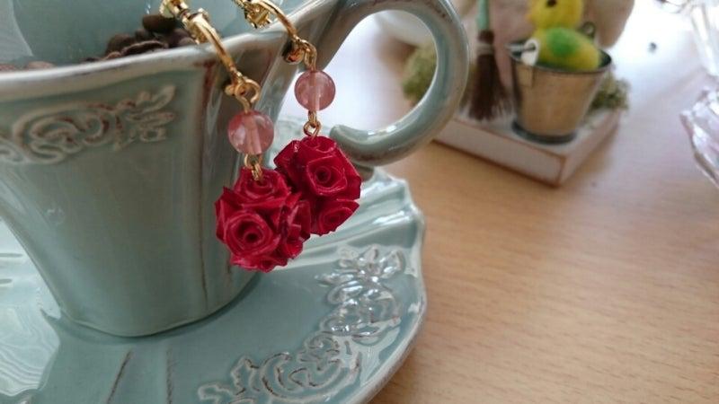 真っ赤なバラの情熱的なイヤリングの記事より