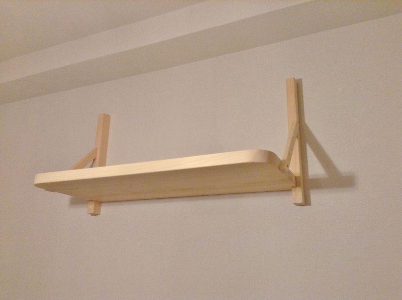 リビングの壁に棚板を固定する工程