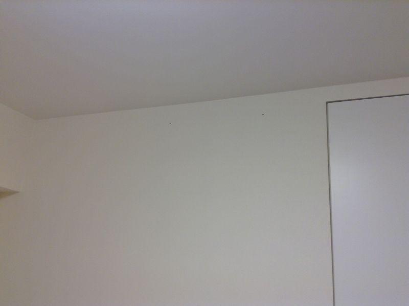 石膏ボードの壁に下穴を開ける