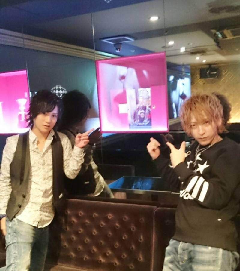 AIRGROUPの大阪店の柊翔支配人と奏くん高級ボトルルイ13世の前で撮影