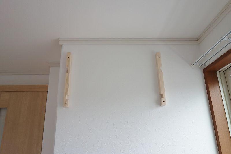石膏ボード壁に木ビスを使って支柱を固定