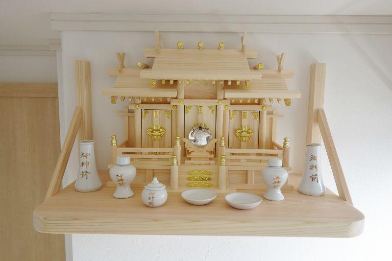 屋根違い三社+檜製の神棚板+御神前神具セット
