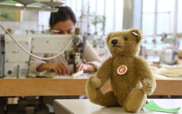 裁断後のミシンでの縫い付け作業