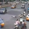 ▼唸声中国映像/権利問題に悩み道路に寝ころび自殺を図る68歳の老女の画像
