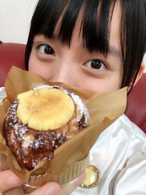 スイーツを食べる清井咲希