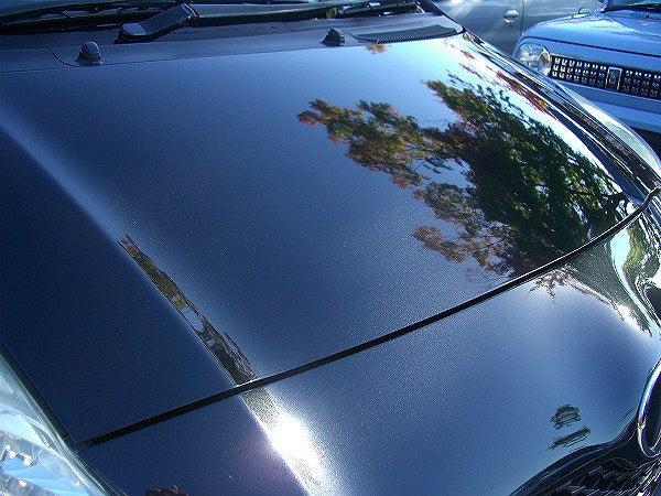 ガラスコーティング後の艶やかな車のボンネット