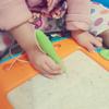 上手にペンを持つ娘の画像