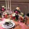 花とテーブルコーディネートの画像