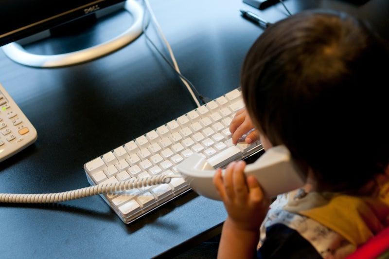 オフィスで子供がパソコン作業中