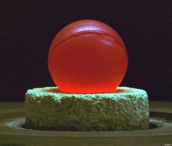 崩壊熱で赤熱する原子力電池用の プルトニウム238
