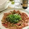 ステーキ肉で牛たたき&ミニボトルワインの画像