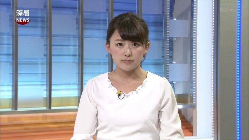 白の可愛い襟のカットソーを着た尾崎里紗