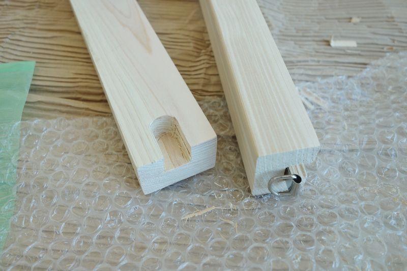 絵画フックに引っ掛ける金具を支柱に固定