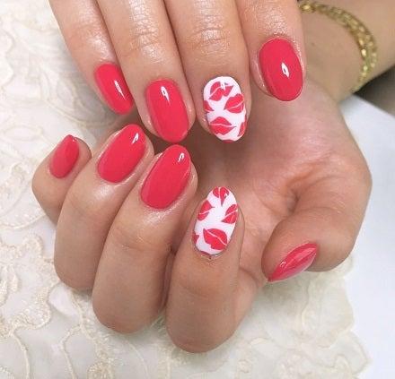 一風変わったバレンタインネイルのご紹介です♪ 真っ赤なリップ柄のポップなデザイン♡ ぎっしりギュッと詰め込みました( ´艸`)  カラーミックスの赤ピンクもキュート