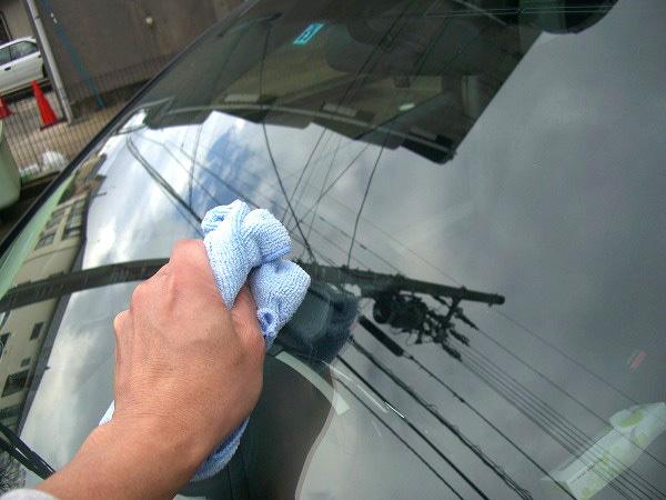 ガラス撥水加工前にガラス表面の水分を拭き取る