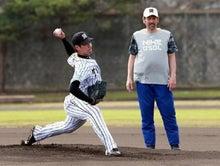 特訓で投球練習する岩崎優投手