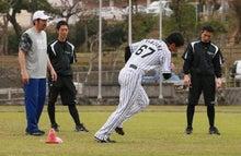 特訓でランニングする岩崎優投手