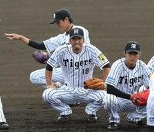 藤川投手はノックに参加して気合十分の表情