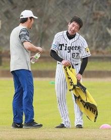 投球練習へ向かう岩崎投手