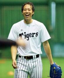 笑顔で調整する青柳晃洋投手