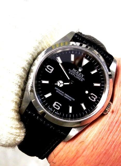 購入したは良いが、合う時計が無く、使用していなかったBANBI製の黒い革ベルト が役に立ちました。厚みも、白のステッチも、114270に似合っていると思います。