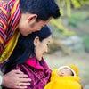 【ブータン王国】誕生したばかりの王子顔写真の公開される(国王は愛おしくてたまらなそう)の画像