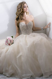 胸が大きい場合、落ち着いたデザインが良いでしょう。光沢のあるドレスだとボリューム感が強調されるため、避けるのがベター。