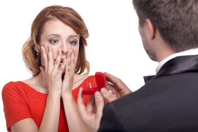 プロポーズされている女性
