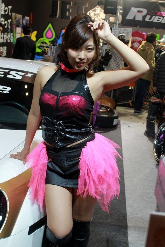 胸元のピンク色が映えるモーターショーコンパニオン