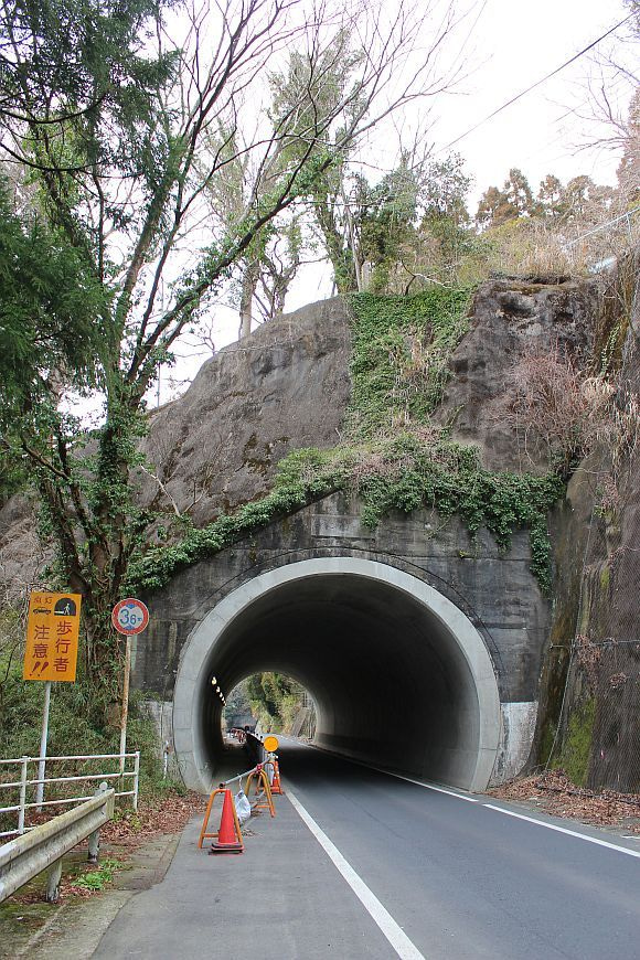 大戸見隧道   道にあるちょっと古いもの