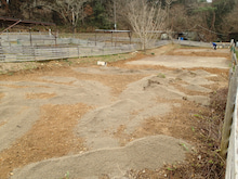 オートサイトに砂土を撒く
