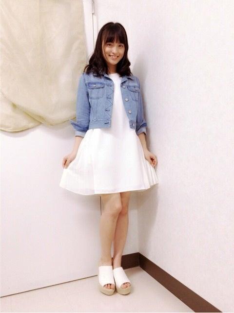 白のワンピースを着た清井咲希