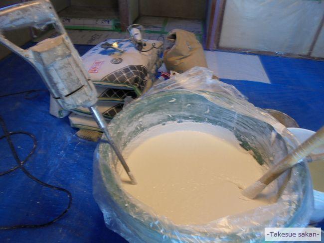 漆喰材をミキサーで撹拌