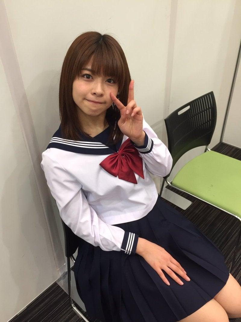 制服姿の金澤朋子さん