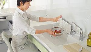 座りながら洗い物をするキッチン