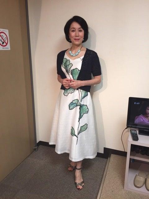 白いワンピースを着てにっこり笑顔の高畑淳子
