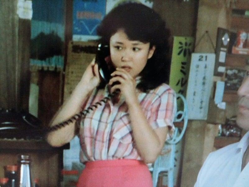 黒電話で話すあどけなさの残る可愛い烏丸せつこ