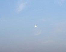 明け方の空に浮かぶ月