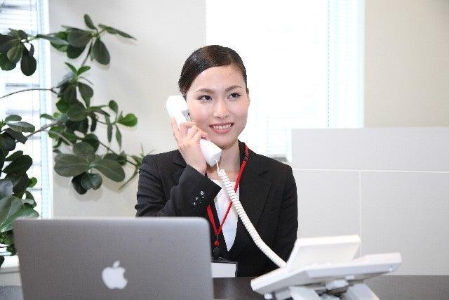 会社で電話をしている女性