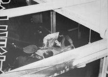 上の写真は司法解剖のため慶応病院に運ばれてきた村井の遺体である。情報をいち早く掴んだのか、警官が遺体を運ぶ様子を鬼怒川毅氏が撮影している。